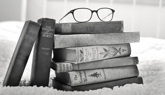 Weisheiten und Weise Sprüche - Bücherstapel