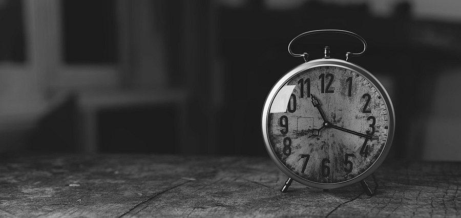 Zeit, Wecker, Uhr auf einem Tisch